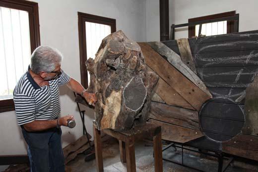 Xabier Santxotena trabajando la escultura.